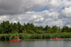 Zwei Kanus auf dem Fluss