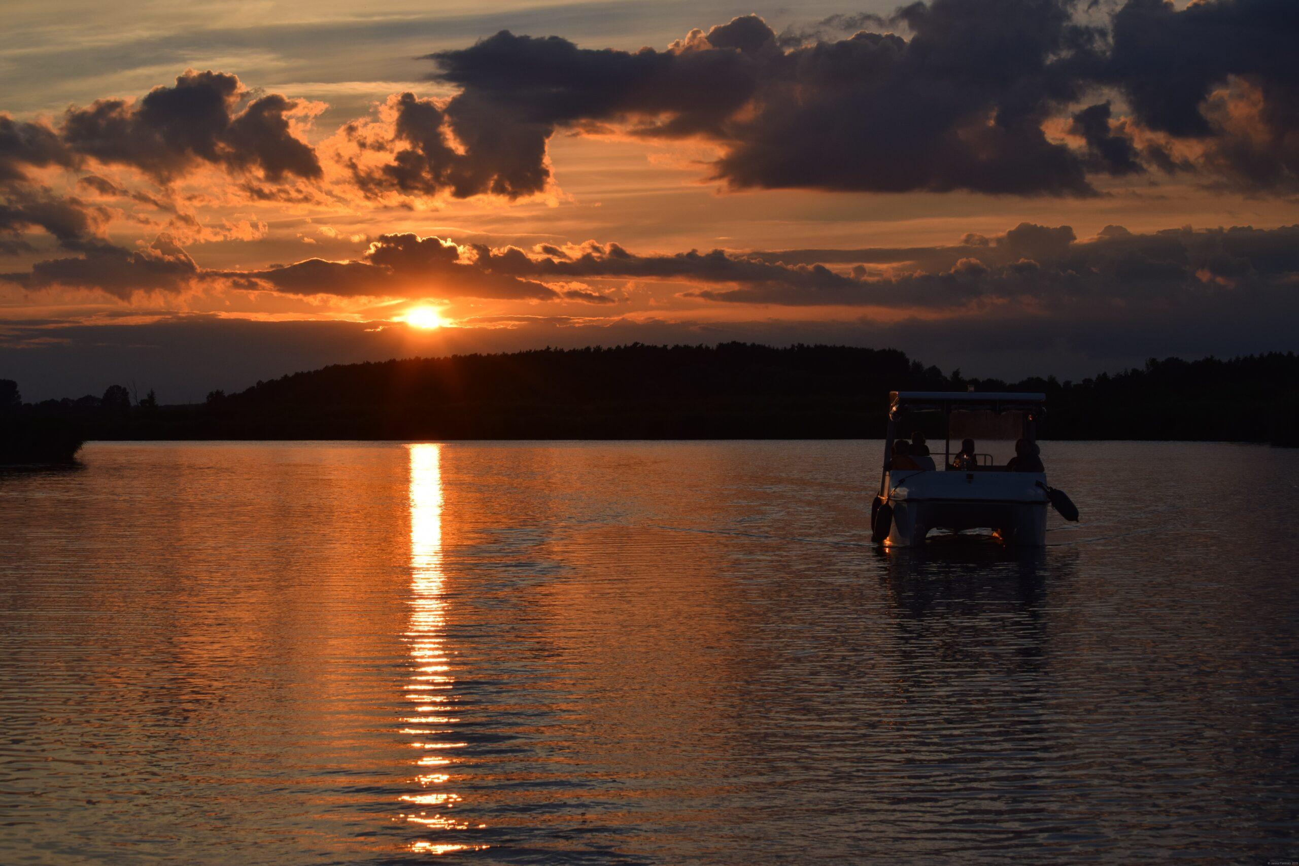 Solarboot auf der Peene im Sonnenuntergang, Simon Reuter
